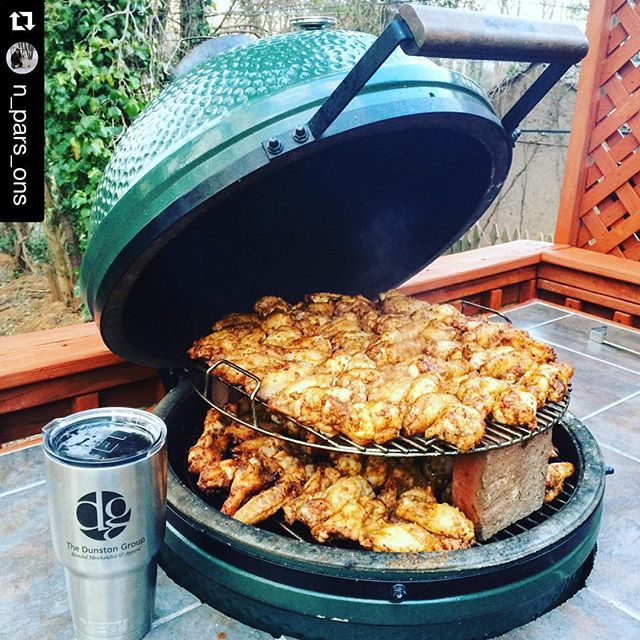 Dannnnnggg, those wings @n_pars_ons!! #likeapro #yeti #yeswecustomizeyetis #biggreenegg #wings #dunstangroup#Repost @n_pars_ons ・・・Perfect weather for some #biggreenegg wings and a cocktail ???? #smoker #yeti @dunstangroup